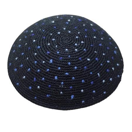 Kipá de crochê feita a mão preta com pontinhos azuis