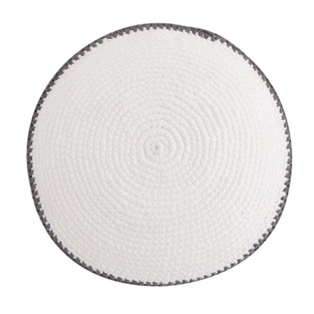 Kipá de crochê branca com  borda - Cinza