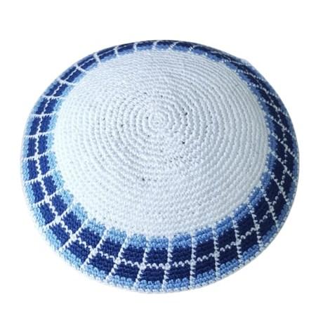 Kipá de crochê branca e borda azul