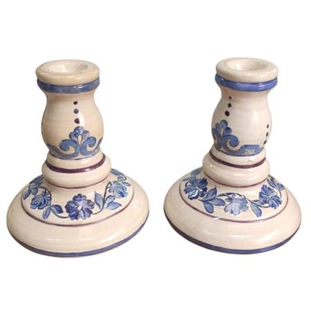 Castiçal de cerâmica com flores